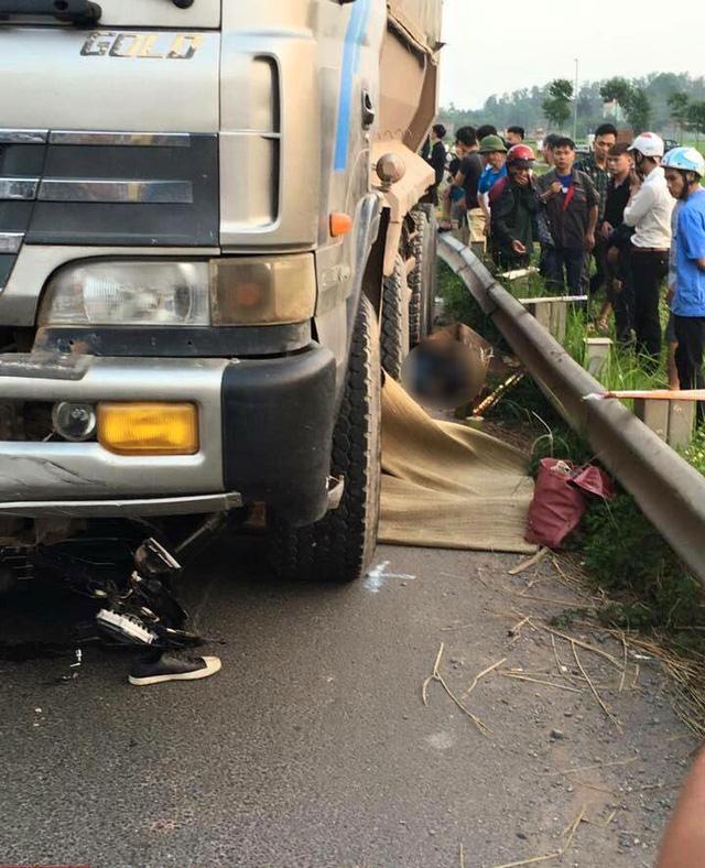 Video ô tô tải lao sang làn đường ngược chiều, cuốn 2 anh em ruột vào gầm tại Bắc Giang - Ảnh 3.