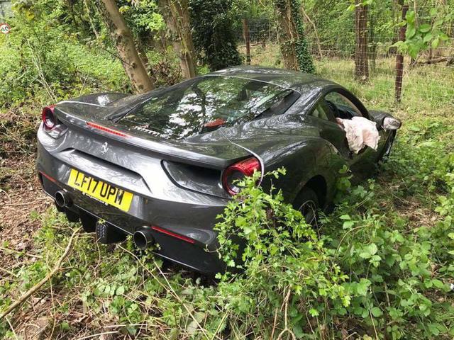 Siêu xe Ferrari 488 GTB chưa có bảo hiểm gặp tai nạn đáng tiếc - Ảnh 1.