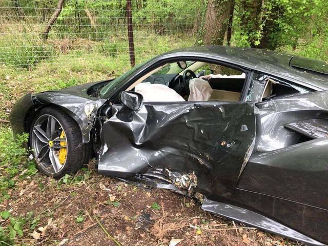 Siêu xe Ferrari 488 GTB chưa có bảo hiểm gặp tai nạn đáng tiếc - Ảnh 2.