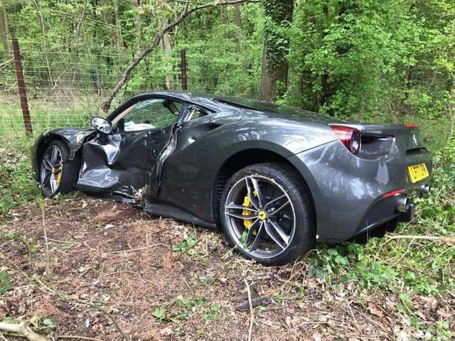 Siêu xe Ferrari 488 GTB chưa có bảo hiểm gặp tai nạn đáng tiếc - Ảnh 3.