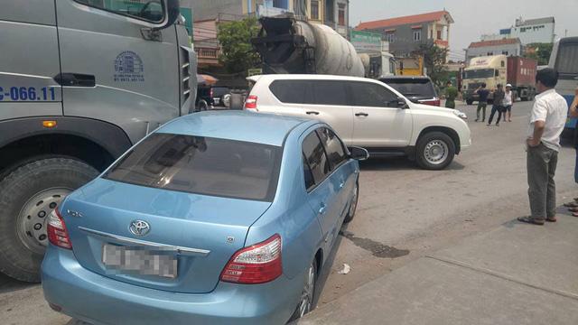 Hải Phòng: Mải xem tai nạn giữa xe bồn và Lexus LX570, tài xế ô tô tải đâm vào Toyota Vios - Ảnh 2.