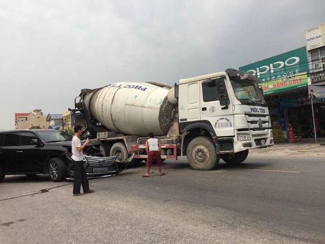 Hải Phòng: Mải xem tai nạn giữa xe bồn và Lexus LX570, tài xế ô tô tải đâm vào Toyota Vios - Ảnh 1.