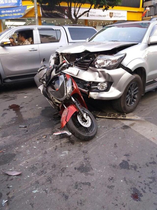 Toyota Fortuner đâm liên hoàn, người đàn ông nặng hơn 100 kg bị thương nặng - Ảnh 1.