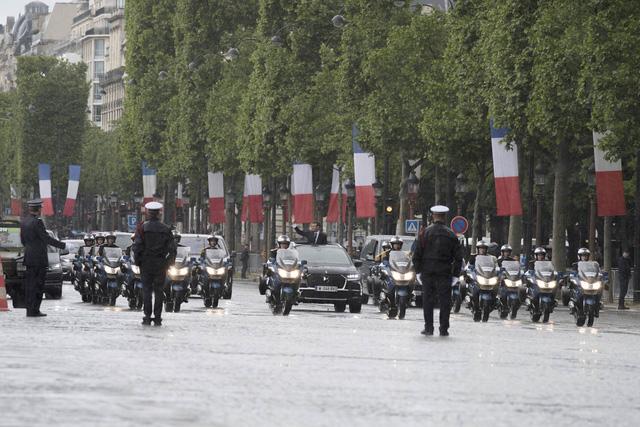 Khám phá chiếc SUV mở mui đặc biệt của tân Tổng thống Pháp Emmanuel Macron - Ảnh 2.