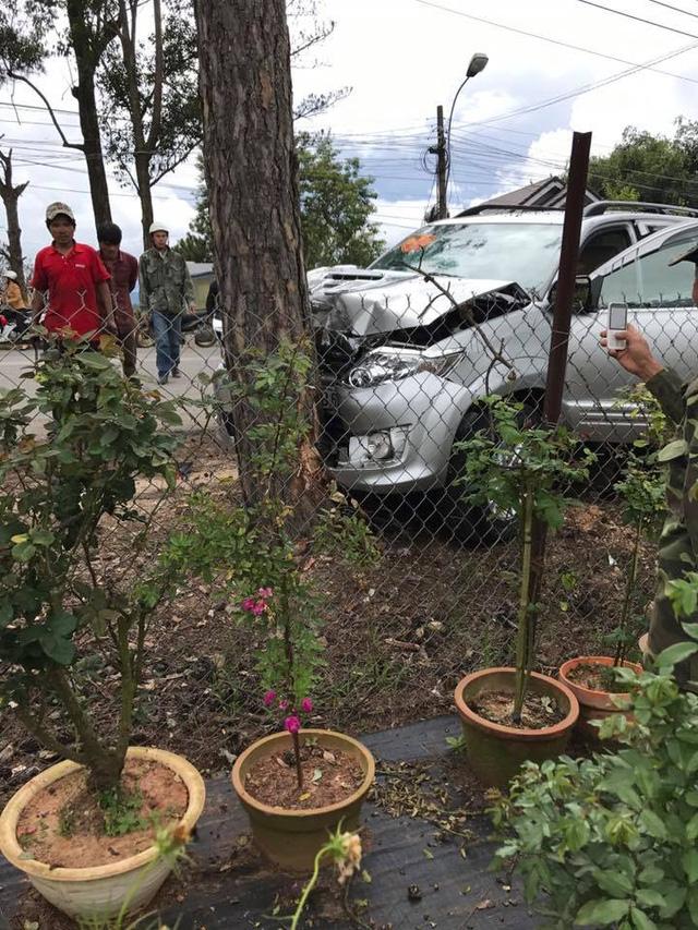 Đà Lạt: Toyota Fortuner đi đón dâu đâm vào gốc cây, bung cả 2 túi khí - Ảnh 1.