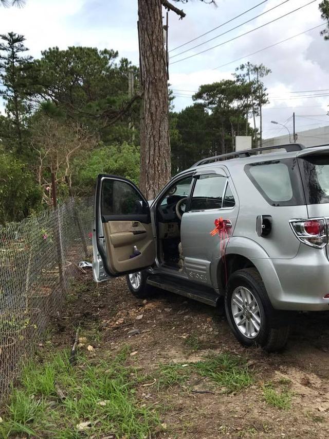 Đà Lạt: Toyota Fortuner đi đón dâu đâm vào gốc cây, bung cả 2 túi khí - Ảnh 2.