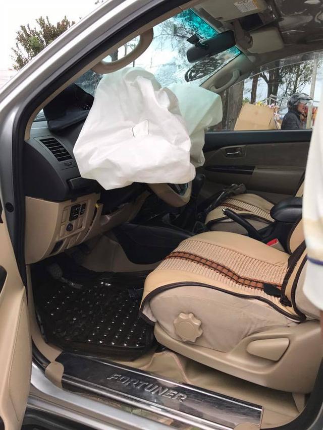 Đà Lạt: Toyota Fortuner đi đón dâu đâm vào gốc cây, bung cả 2 túi khí - Ảnh 3.