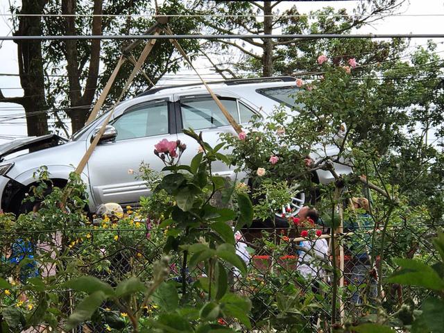 Đà Lạt: Toyota Fortuner đi đón dâu đâm vào gốc cây, bung cả 2 túi khí - Ảnh 4.