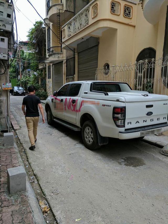 Hà Nội: Đỗ trong ngõ, ô tô bán tải Ford Ranger bị xịt sơn hồng khắp xe - Ảnh 2.