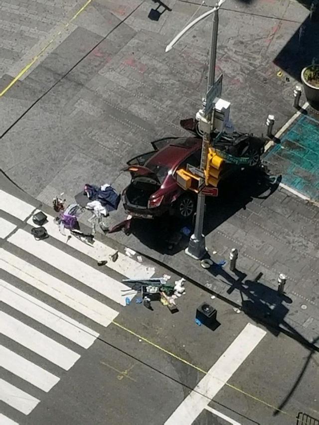 Khoảnh khắc chiếc Honda Accord lao thẳng vào đám đông ở quảng trường Thời đại Mỹ khiến 1 cô gái xinh đẹp tử vong - Ảnh 5.