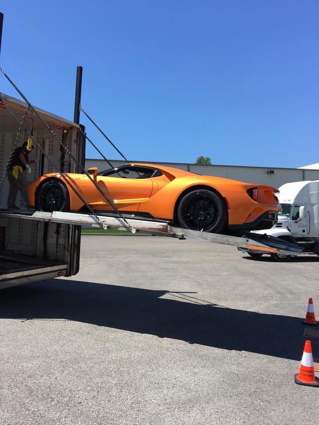 Đây là một trong những chiếc siêu xe Ford GT 2017 đầu tiên được giao cho khách - Ảnh 1.