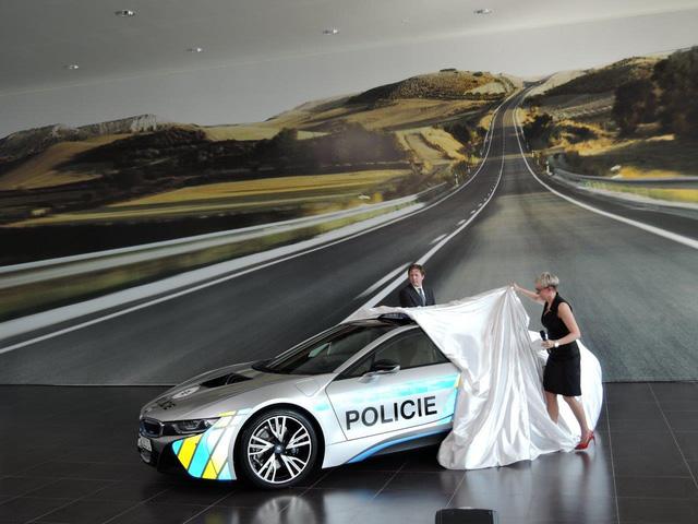 Chiêm ngưỡng xe tuần tra BMW i8 không phải của cảnh sát Dubai - Ảnh 2.