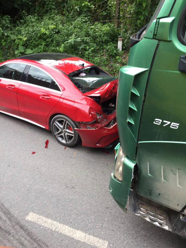 Xe tiền tỷ Mercedes-AMG CLA45 bị ô tô tải đâm bẹp dúm đuôi tại Thái Nguyên - Ảnh 2.