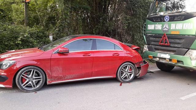 Xe tiền tỷ Mercedes-AMG CLA45 bị ô tô tải đâm bẹp dúm đuôi tại Thái Nguyên - Ảnh 1.