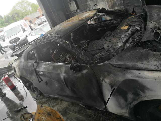 Gara ô tô bốc cháy ngùn ngụt, siêu xe Nissan GT-R trơ khung - Ảnh 2.