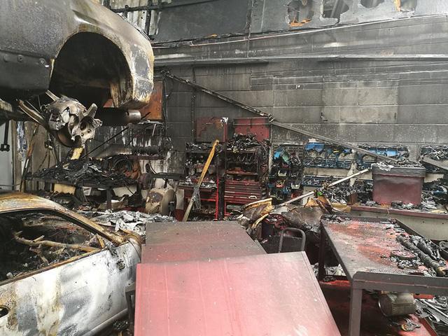 Gara ô tô bốc cháy ngùn ngụt, siêu xe Nissan GT-R trơ khung - Ảnh 4.