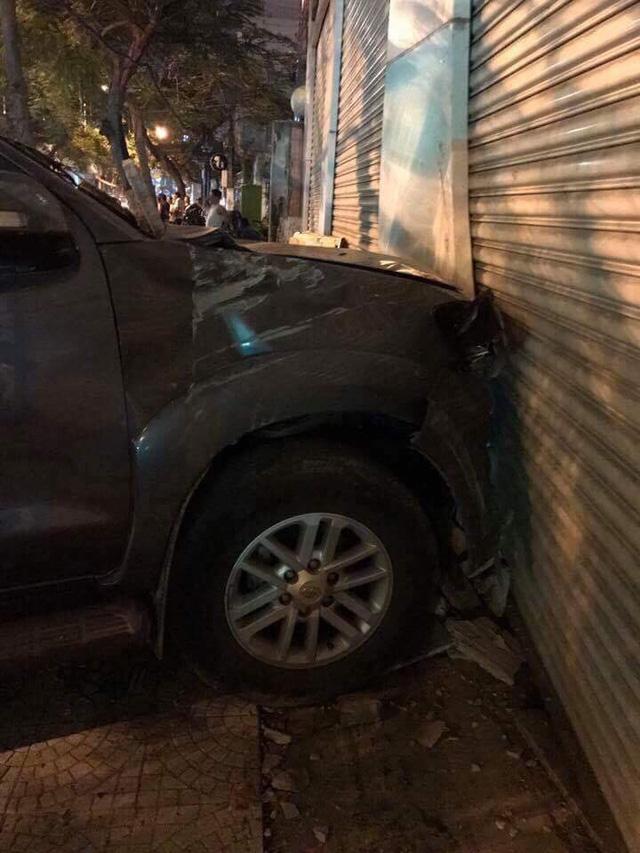 Đà Nẵng: Toyota Fortuner đâm Chevrolet Spark và húc thủng tường bãi giữ xe - Ảnh 4.
