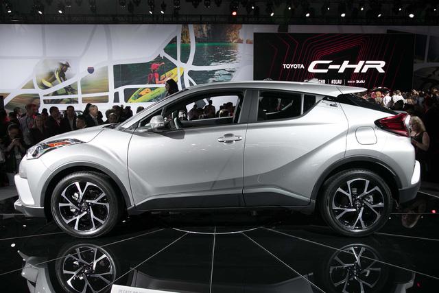 Crossover cỡ nhỏ Toyota C-HR bán đắt như tôm tươi tại quê nhà - Ảnh 1.
