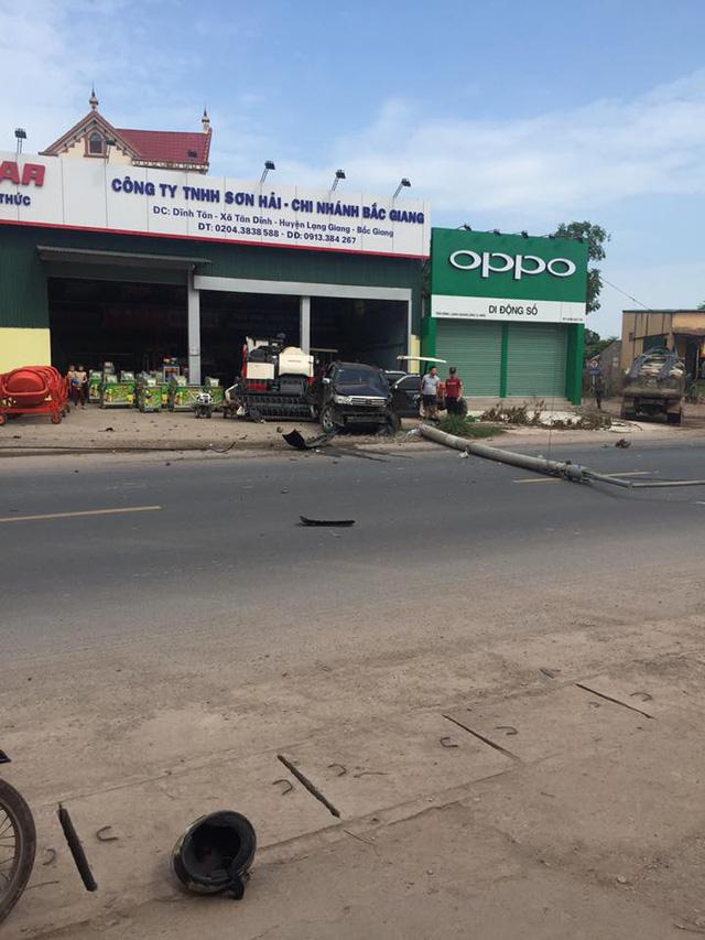 Bắc Giang: Toyota Fortuner đâm xe máy và hạ gục cột điện, 1 người tử vong - Ảnh 1.