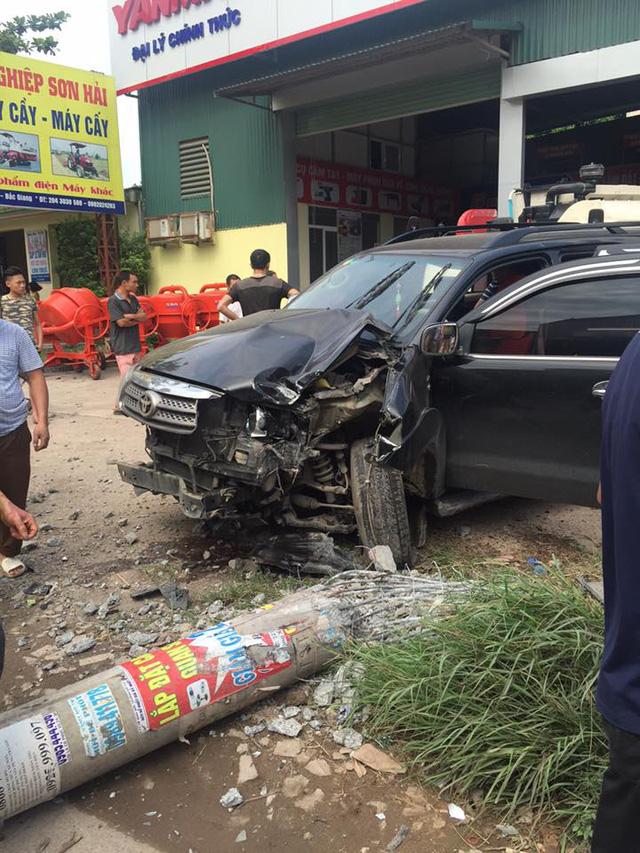 Bắc Giang: Toyota Fortuner đâm xe máy và hạ gục cột điện, 1 người tử vong - Ảnh 2.