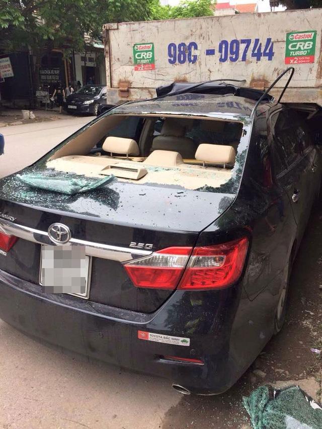 Bắc Giang: Rúc gầm ô tô tải, Toyota Camry biến dạng nặng - Ảnh 1.