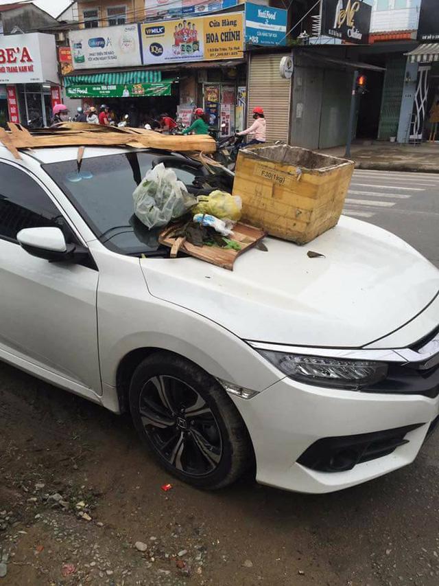 Huế: Đỗ chắn ngõ, Honda Civic 2017 bị biến thành nơi tập kết rác - Ảnh 2.