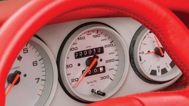 Porsche 911 chưa từng qua sử dụng trong 24 năm được bán với giá hơn 50 tỷ Đồng - Ảnh 8.