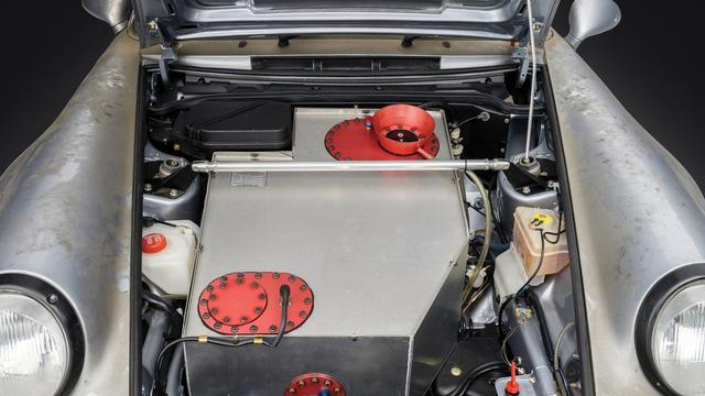 Porsche 911 chưa từng qua sử dụng trong 24 năm được bán với giá hơn 50 tỷ Đồng - Ảnh 9.