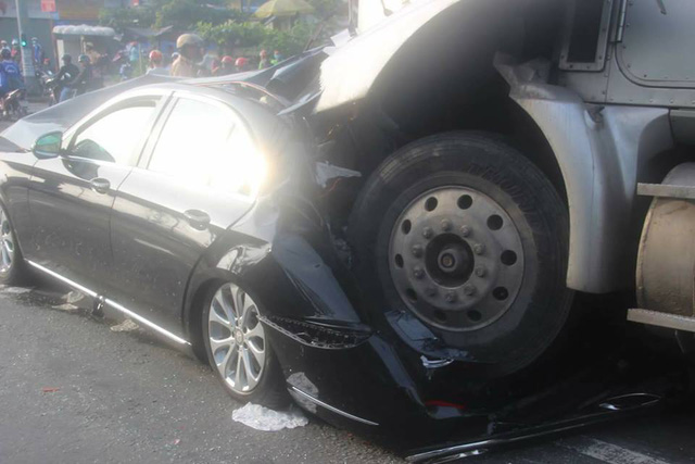Sài Gòn: Dừng đèn đỏ, Mercedes-Benz E-Class 2017 bị xe container đâm bẹp dúm - Ảnh 2.