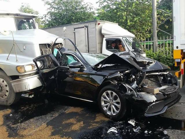 Sài Gòn: Dừng đèn đỏ, Mercedes-Benz E-Class 2017 bị xe container đâm bẹp dúm - Ảnh 3.