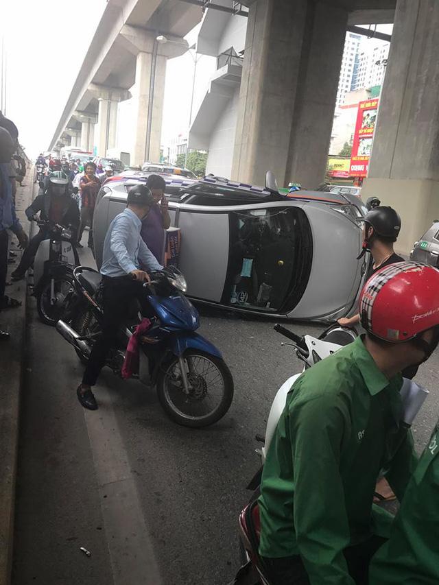 Tránh xe máy chạy sai làn, taxi lật nghiêng trong hầm đường bộ Nguyễn Trãi - Ảnh 1.