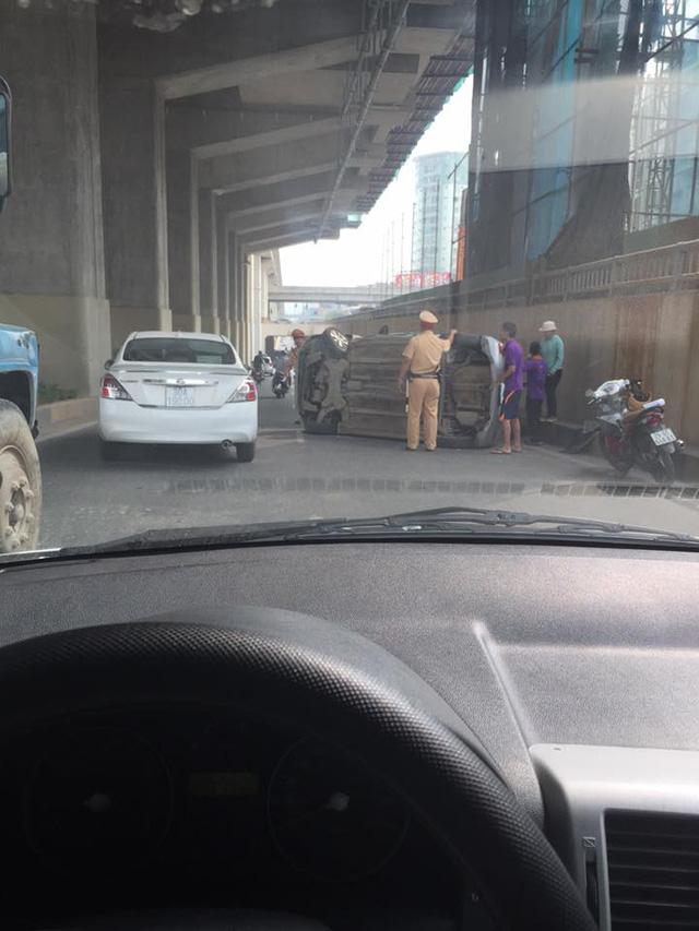 Tránh xe máy chạy sai làn, taxi lật nghiêng trong hầm đường bộ Nguyễn Trãi - Ảnh 4.