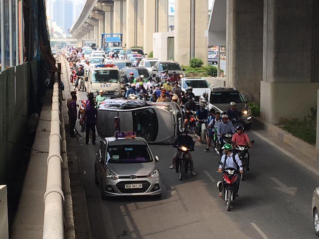 Tránh xe máy chạy sai làn, taxi lật nghiêng trong hầm đường bộ Nguyễn Trãi - Ảnh 3.