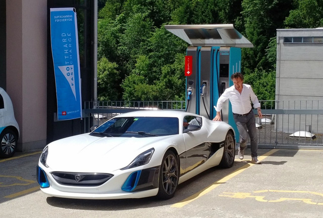 Mr. Chọc ngoáy Jeremy Clarkson làm hỏng bánh siêu xe Lamborghini Aventador S - Ảnh 4.