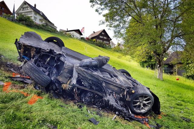 Mr. Chọc ngoáy Jeremy Clarkson làm hỏng bánh siêu xe Lamborghini Aventador S - Ảnh 7.