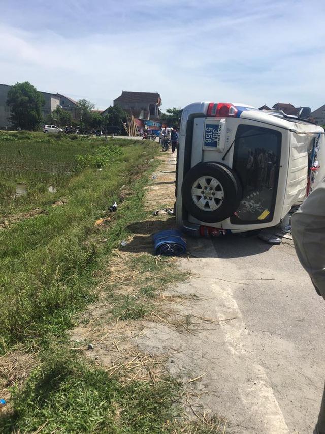 Hà Tĩnh: Toyota Fortuner đâm lật xe cảnh sát rồi lao xuống ruộng - Ảnh 2.