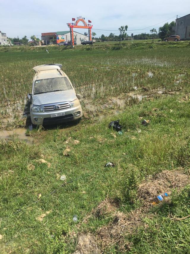Hà Tĩnh: Toyota Fortuner đâm lật xe cảnh sát rồi lao xuống ruộng - Ảnh 3.