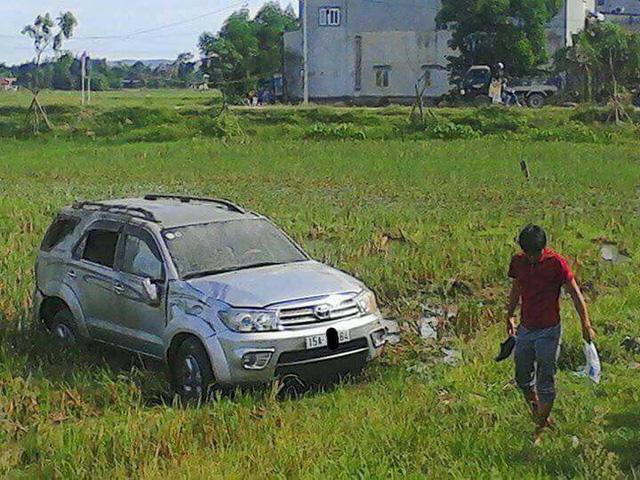 Hà Tĩnh: Toyota Fortuner đâm lật xe cảnh sát rồi lao xuống ruộng - Ảnh 5.