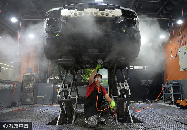 Kiếm bộn nhờ nghề vệ sinh xe sang và siêu xe - Ảnh 1.