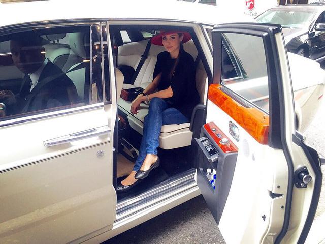 Cô vợ xinh đẹp của tỷ phú Hồng Kông gây sốt khi đăng ảnh ngồi sau vô lăng Pagani Huayra - Ảnh 4.