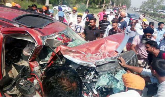 Toyota Fortuner lao qua dải phân cách, đối đầu Mahindra XUV 500 khiến 3 người tử vong - Ảnh 4.
