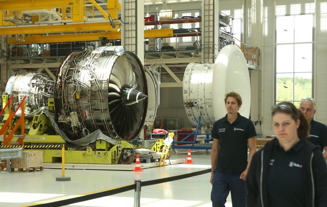 Khám phá nhà máy sản xuất một trong những động cơ máy bay chạy êm nhất của Rolls-Royce - Ảnh 10.