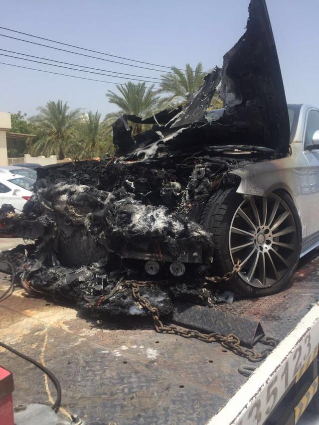 Xe sang Mercedes-Benz S-Class bốc cháy dưới cái nắng mùa hè - ảnh 1