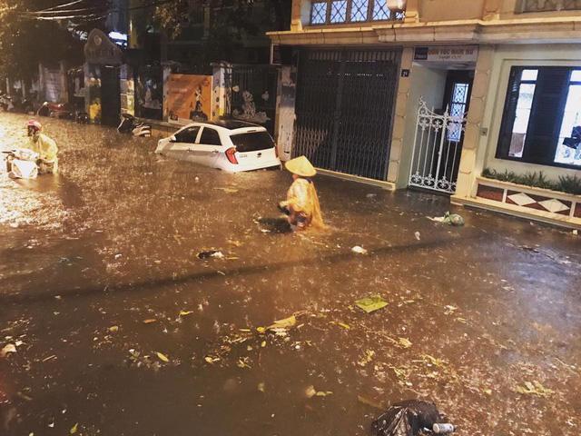 Hà Nội: Mưa như trút nước vào giờ tan tầm, hàng loạt xe sang chết đứng - Ảnh 2.