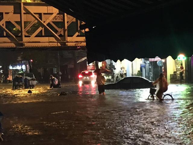 Hà Nội: Mưa như trút nước vào giờ tan tầm, hàng loạt xe sang chết đứng - Ảnh 3.