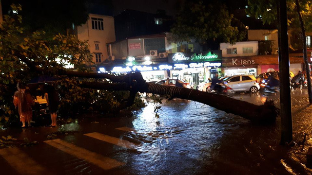 Hà Nội: Mưa như trút nước vào giờ tan tầm, hàng loạt xe sang chết đứng - Ảnh 7.