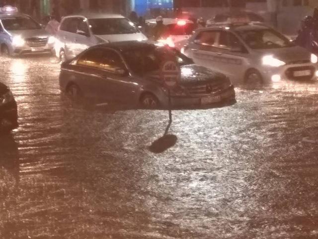 Hà Nội: Mưa như trút nước vào giờ tan tầm, hàng loạt xe sang chết đứng - Ảnh 9.