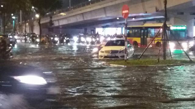 Hà Nội: Mưa như trút nước vào giờ tan tầm, hàng loạt xe sang chết đứng - Ảnh 10.