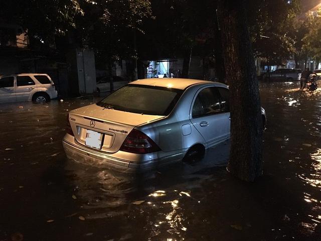 Hà Nội: Mưa như trút nước vào giờ tan tầm, hàng loạt xe sang chết đứng - Ảnh 11.