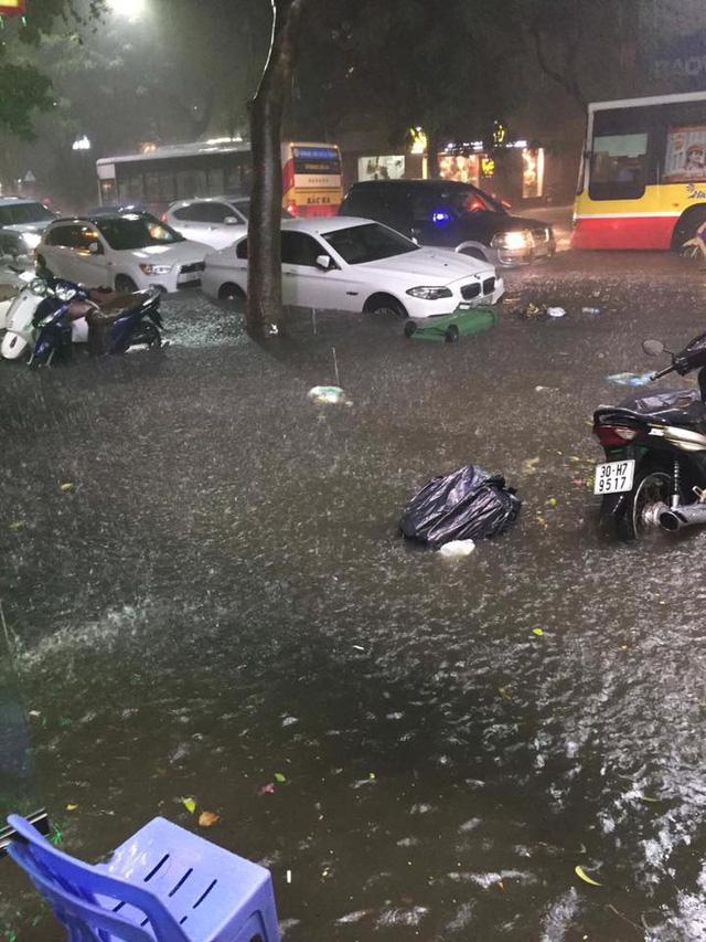 Hà Nội: Mưa như trút nước vào giờ tan tầm, hàng loạt xe sang chết đứng - Ảnh 12.